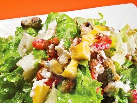 Зелена салата с миди, круши, ягоди и сирене бри - снимка на рецептата
